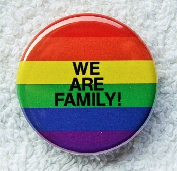 "Regenbogen-Button ""We are family"" M"